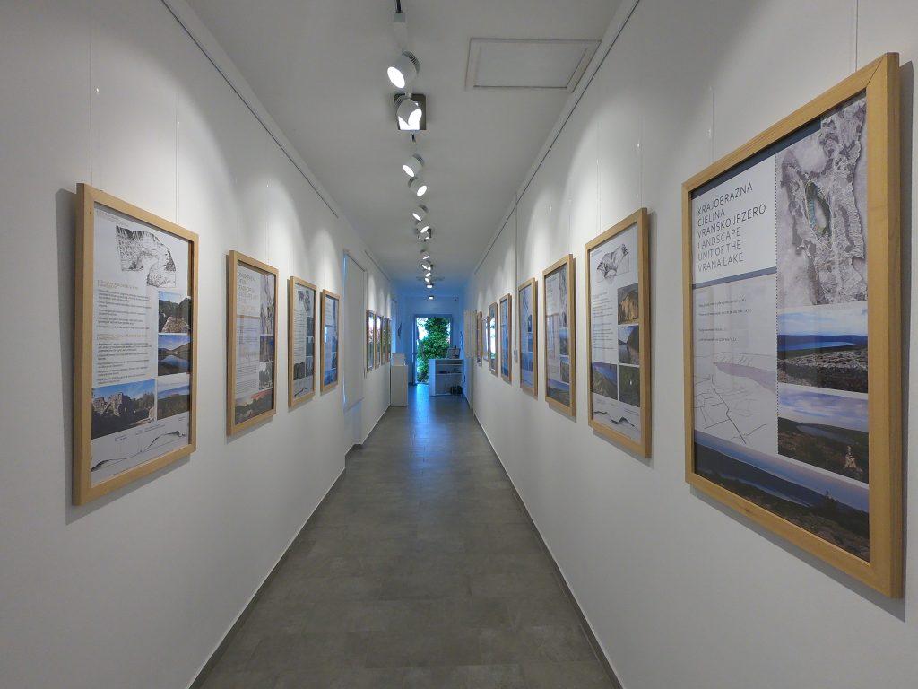 """Izložba """"Krajobrazi otoka Cresa"""" u Centru za posjetitelje i oporavilištu za bjeloglave supove Beli na otoku Cresu"""
