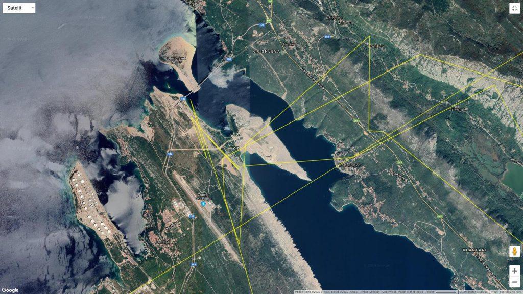 GPS podatci s odašiljača, ukazuju da je sjeveroistočna obala otoka Krka, važan preletni koridor supova s otoka Krka na kopno. Ujedno radi se o djelomično obraslom i otvorenom staništu gdje supovi mogu lako uočiti strvinu. Bjeloglavi supovi